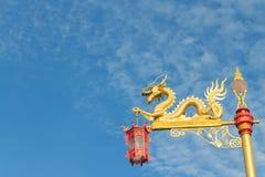 Gouden draak op de pool met de rode lantaarn Royalty-vrije Stock Afbeelding