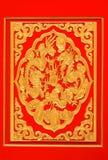 Gouden draak op rode achtergrond Stock Afbeeldingen