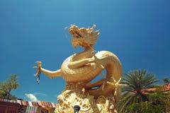 Gouden draak. Phuketstad, Thailand. Stock Foto