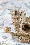 Gouden draak, symbool van het jaar van 2012 tegen dollars Royalty-vrije Stock Fotografie
