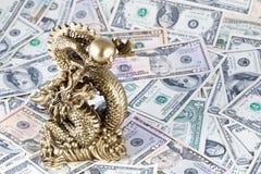Gouden draak, symbool van het jaar van 2012 tegen dollars Royalty-vrije Stock Foto's