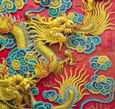 Gouden draakbeeldhouwwerk Stock Afbeeldingen