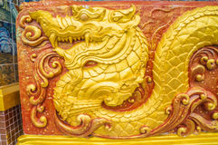 Gouden draakbeeldhouwwerk op muur van het heiligdom Stock Afbeelding