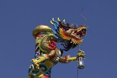 Gouden draakstandbeeld in Chinese tempel royalty-vrije stock foto's