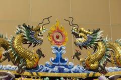 Gouden draakstandbeeld in Chinese tempel stock foto