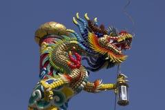 Gouden draakstandbeeld in Chinese tempel stock foto's