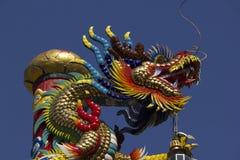 Gouden draakstandbeeld in Chinese tempel stock afbeelding