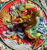 Het standbeeld van de draak op de kleurrijke muur Royalty-vrije Stock Fotografie