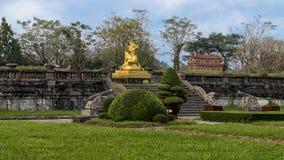 Gouden draakstandbeeld op het terras van de tuin van de Verboden stad, Keizerstad binnen de Citadel, Tint, Vietnam royalty-vrije stock fotografie