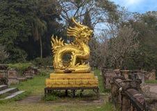 Gouden draakstandbeeld op het terras van de tuin van de Verboden stad, Keizerstad binnen de Citadel, Tint, Vietnam stock fotografie