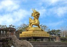 Gouden draakstandbeeld op het terras van de tuin van de Verboden stad, Keizerstad binnen de Citadel, Tint, Vietnam stock afbeeldingen
