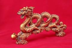 Gouden draakstandbeeld op rood, om voor Chinees festival te vieren stock foto