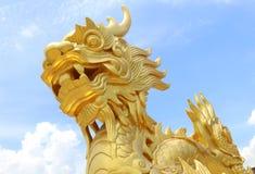 Gouden draakstandbeeld in Vietnam over blauwe hemel Royalty-vrije Stock Fotografie