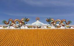 Gouden draken op het dak Stock Afbeeldingen