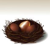 Gouden ei in een nest. EPS 10 vector Royalty-vrije Stock Afbeeldingen