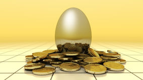 Gouden ei met nest van muntstukken Royalty-vrije Stock Foto