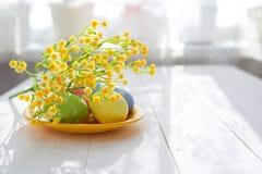 Gouden ei over groene gradiëntachtergrond royalty-vrije stock afbeelding