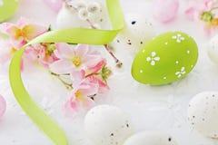 Gouden ei over groene gradiëntachtergrond Royalty-vrije Stock Fotografie