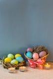 Gouden ei over groene gradiëntachtergrond Stock Fotografie