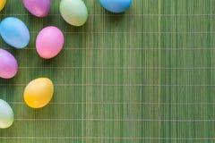 Gouden ei over groene gradiëntachtergrond Stock Foto