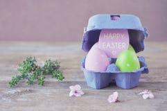Gouden ei over groene gradiëntachtergrond Pasen-vakantie Kaart uitstekende Gelukkige Pasen wijnoogst Stock Afbeeldingen