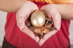 Gouden ei ter beschikking Royalty-vrije Stock Afbeelding