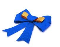 Gouden en blauw die lint op wit, het knippen weg wordt geïsoleerd Stock Fotografie