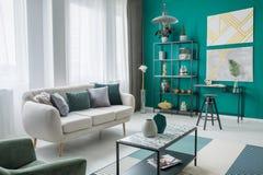 Gouden en groene woonkamer Royalty-vrije Stock Foto's