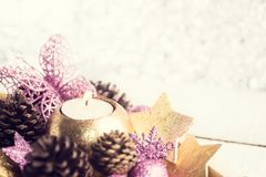 Gouden en purper Kerstmisspeelgoed op de zilveren achtergrond van de bokehvakantie Stock Foto