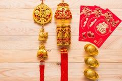 Gouden en rode Chinese nieuwe jaardecoratie op houten achtergrond stock fotografie