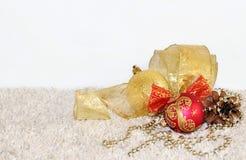 Gouden en rode Kerstmisballen, denneappel, lintdecoratie op l Royalty-vrije Stock Afbeeldingen