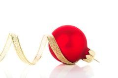 Gouden en rode Kerstmisornamenten op witte achtergrond met ruimte voor tekst Stock Foto's