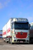 Gouden en Rode Mercedes-Benz Actros 2551 Vrachtwagen Stock Afbeelding