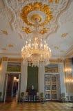 Gouden en witte kroonluchter - Koninklijke Ontvangstzaal - Binnenland van Christainsborg-Paleis Kopenhagen stock fotografie