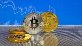 Gouden en zilveren bitcoinmuntstukken op blauwe abstracte financiënachtergrond Bitcoincryptocurrency stock videobeelden