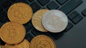 Gouden en zilveren bitcoins op toetsenbord, extreem close-up, dolly schot stock footage