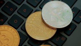 Gouden en zilveren bitcoins op toetsenbord, extreem close-up, dolly schot stock videobeelden