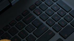 Gouden en zilveren bitcoins op toetsenbord, extreem close-up, dolly schot stock video