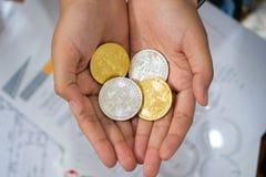 Gouden en zilveren Bitcoins, virtueel manry en cryptocurrencyconcept die ter beschikking houden royalty-vrije stock afbeelding