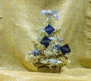 Gouden en zilveren Kerstboom met zwarte kaarten die Gelukkig zeggen stock foto