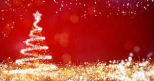 Gouden en zilveren lichten met Kerstmisboom op rode achtergrond, heldere decoratie voor het vrolijke bericht van de Kerstmisgroet Stock Foto's