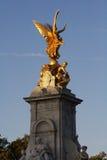 Gouden engel op monument Royalty-vrije Stock Foto's
