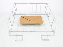 Gouden envelop in bureaubakje voor binnenkomende post Stock Foto's