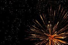 Gouden feestelijk vuurwerk Stock Foto's
