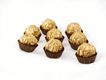Gouden-folie verpakte chocolade stock afbeelding