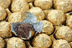 Gouden in folie verpakte chocolade royalty-vrije stock foto