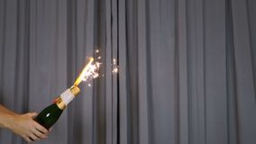 Gouden Fonteinvuurwerk die Vonkennieuwjaren Eve Celebration Element uitzenden Klein Vuurwerk, Pyro, het Glinsteren, Deeltje stock footage