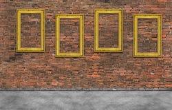 Gouden frames op bakstenen muur Royalty-vrije Stock Afbeelding