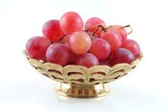 Gouden fruitschotel met rode druif Stock Afbeeldingen