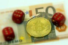 Gouden fysieke Bitcoin-cryptocurrency en 3 paren met 6 dobbelen Royalty-vrije Stock Afbeelding